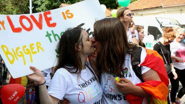 Девушки целуются на параде сексуальных меньшинств в Литве, архивное фото - Sputnik Latvija