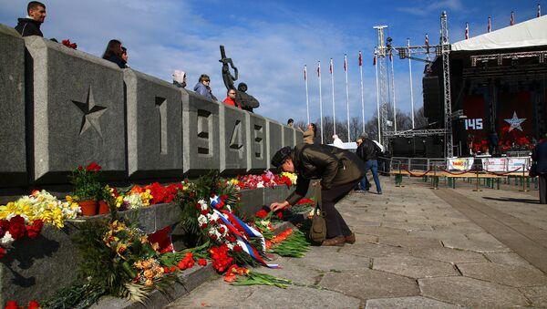 Памятник Освободителям в Риге утром 9 мая - Sputnik Латвия