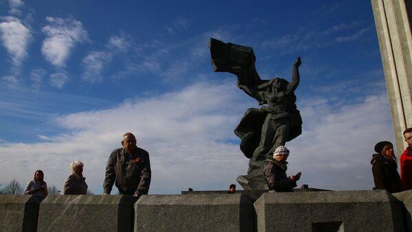 Памятник Освободителям в Риге утром 9 мая - Sputnik Latvija