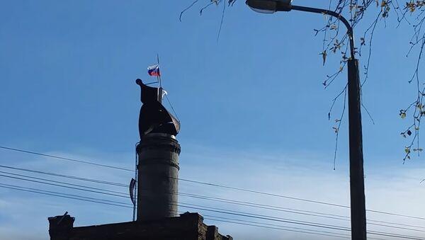 Флаг России на бывшем пивзаводе Варпа (Varpa) - Sputnik Латвия