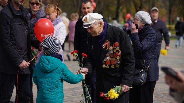 Рига отмечает День Победы у памятника Освободителям - Sputnik Латвия
