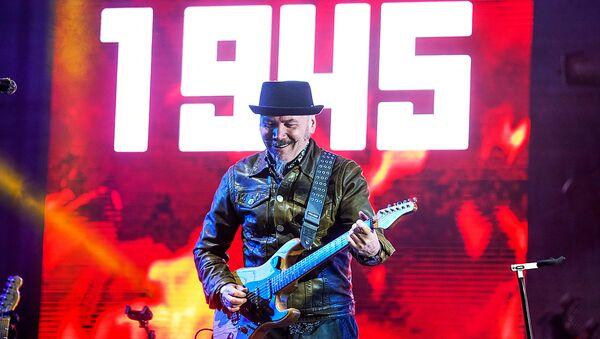 Владимир Бегунов выступил в Риге 9 Мая в Парке Победы - Sputnik Латвия