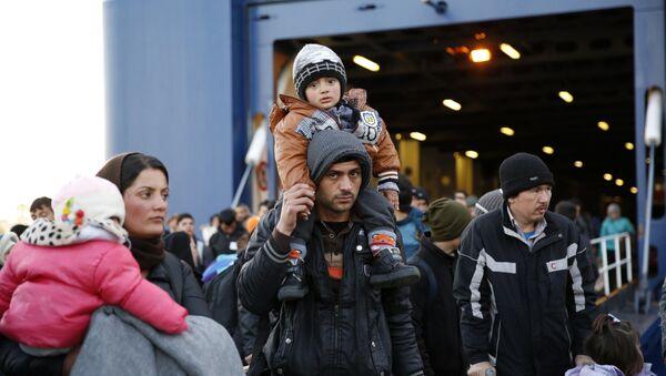 Мигранты в порту Пирей - Sputnik Латвия