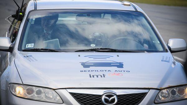 Беспилотный автомобиль на трассе в Бикирниеки - Sputnik Латвия