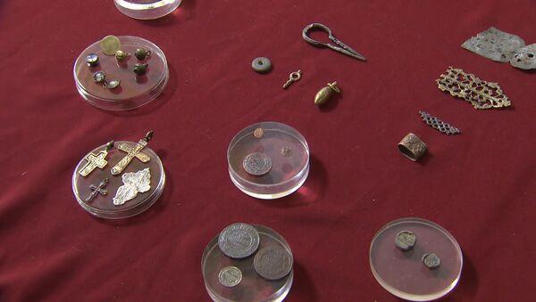 Arheologi parādīja Maskavas centrā atrastās Ivana Barga laikmeta monētas - Sputnik Latvija