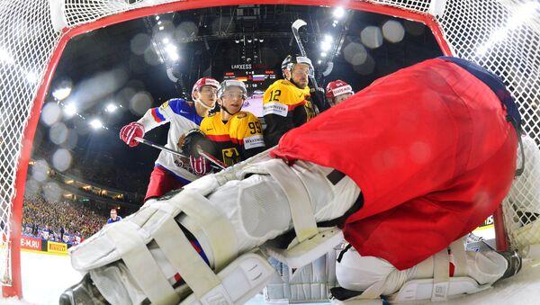 Игрок сборной Германии Фредерик Тиффельс и игрок сборной Германии Брукс Мацек (в центре слева направо) у ворот сборной России - Sputnik Латвия