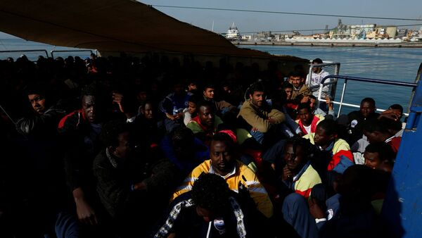 Мигранты ждут прибытия на корабле Феникс в Катанию на острове Сицилия, Италия - Sputnik Latvija