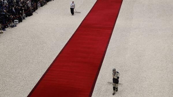 Подготовка к церемонии инаугурации Эммануэля Макрон в Елисейском дворце в Париже - Sputnik Латвия