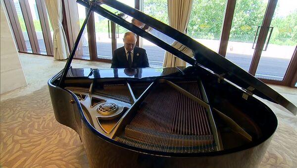 Путин сыграл на рояле Город над вольной Невой и Московские окна в Китае - Sputnik Латвия