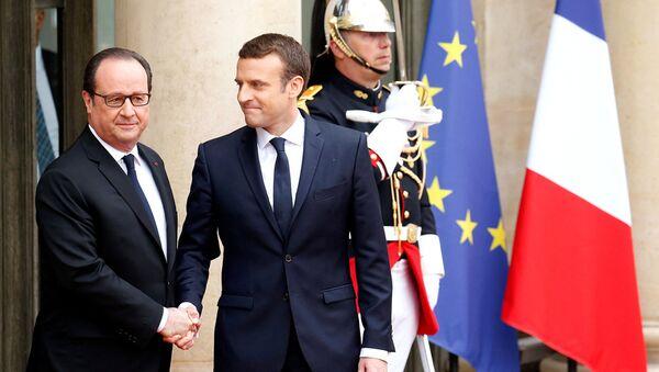 Франсуа Олланд приветствует новоизбранного президента Эммануэля Макрона - Sputnik Latvija