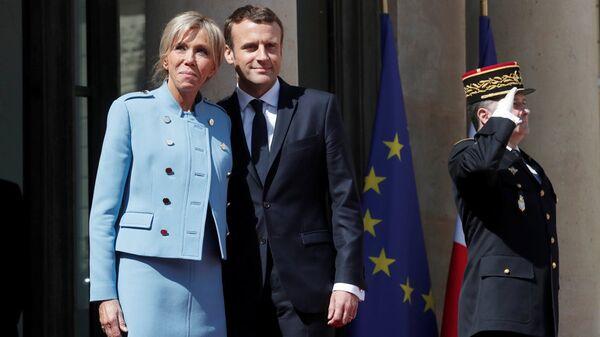 Новоизбранный президент Франции Эммануэль Макрон с супругой Брижит на ступенях Елисейского Дворца - Sputnik Латвия