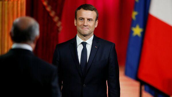 Президент Франции Эммануэль Макрон слушает главу Конституционного Совета Лоран Фабиус во время своей инаугурации в Елисейском дворце в Париже - Sputnik Латвия