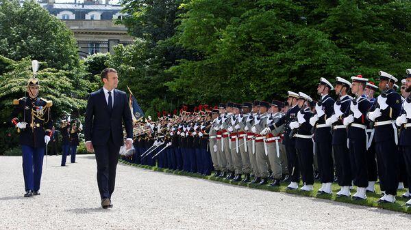 Президент Франции Эммануэль Макрон после инаугурации в парке Елисейского Дворца - Sputnik Латвия