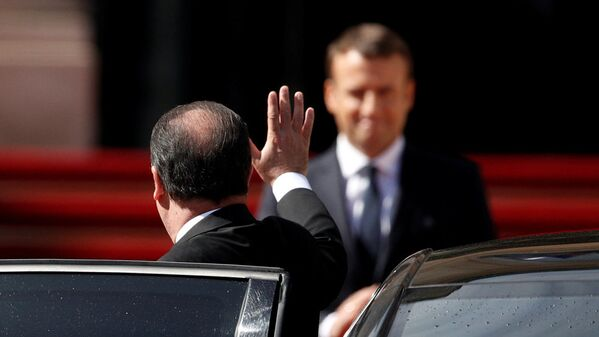 Экс-президент Франции Франсуа Олланд прощается с новоизбранным президентом Франции Эммануэлем Макроном после инаугурации - Sputnik Латвия