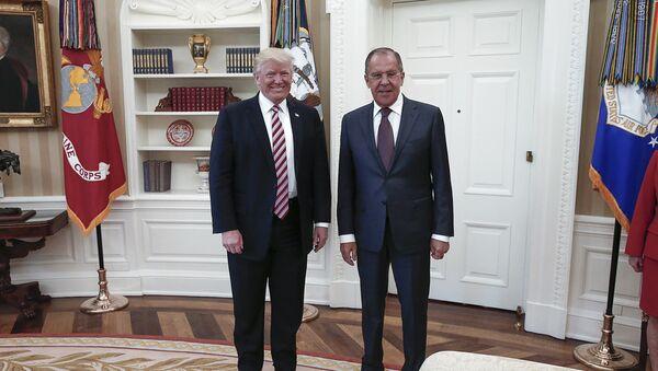 Сергей Лавров и Дональд Трамп во время встречи в Белом доме - Sputnik Latvija