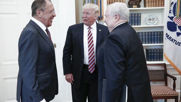 Президент США Дональд Дж. Трамп беседует с министром иностранных дел России Сергеем Лавровым и российским послом в США Сергеем Кисляком во время встречи в Белом доме - Sputnik Латвия