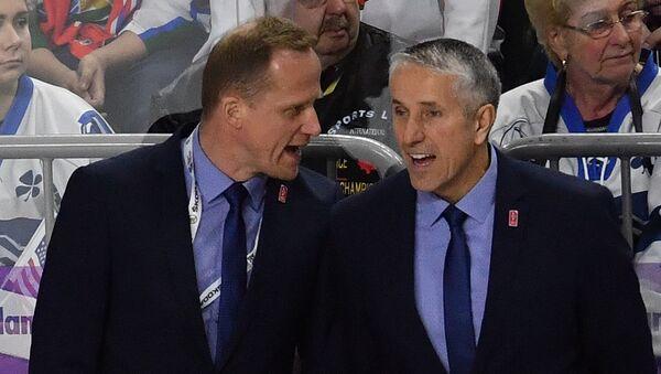 Главный тренер сборной Латвии Боб Хартли (справа) во время матча группового этапа чемпионата мира по хоккею 2017 - Sputnik Латвия
