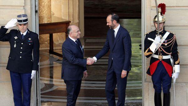 Новый премьер-министр Франции Эдуар Филипп (справа) со своим предшественником Бернаром Казневым - Sputnik Латвия
