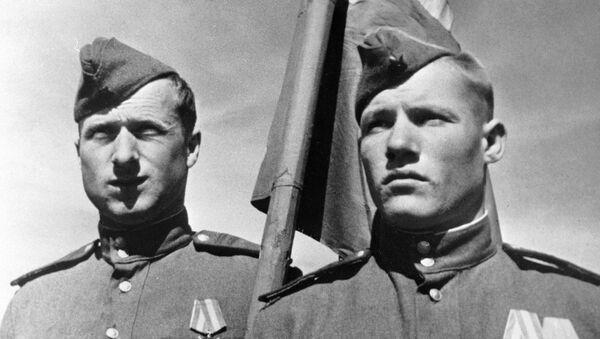 Советские солдаты Михаил Егоров (справа) и Мелитон Кантария - Sputnik Latvija