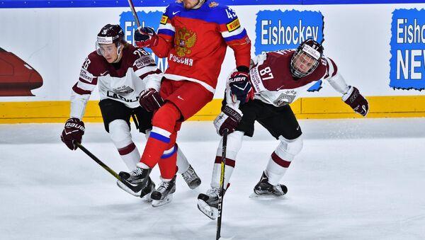 Игрок сборной России Валерий Ничушкин (в центре) и игроки сборной Латвии Увис Балинскис, Гинтс Мейя (справа) - Sputnik Латвия