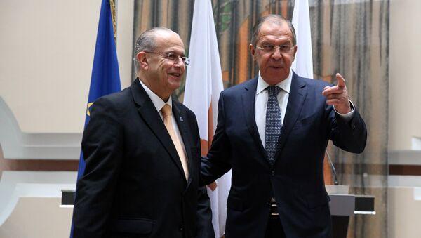 Кипрский министр иностранных дел Иоаннис Касулидис приветствует главу МИД РФ Сергея Лаврова в Министерстве иностранных дел в Никосии - Sputnik Латвия