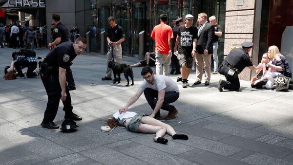 Последствия наезда автомобиля на толпу пешеходов на Таймс-сквер в Нью-Йорке 18 мая 2017 года - Sputnik Латвия