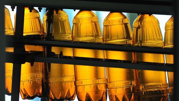 Пластиковые бутылки на конвейере - Sputnik Латвия