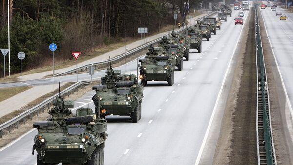Американские бронетранспортеры Stryker, входящие в колонну бронетехники 2-го кавалерийского полка. - Sputnik Latvija