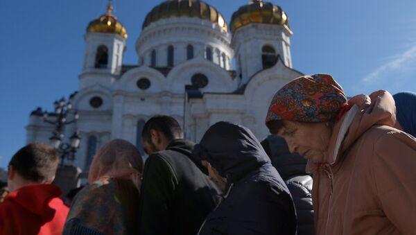 Поклонение верующих мощам святителя Николая Чудотворца в Храме Христа Спасителя - Sputnik Латвия