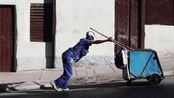 Мужчина толкает тележку для мусора - Sputnik Латвия