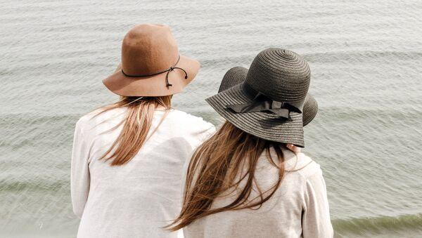 Две девушки на берегу - Sputnik Латвия