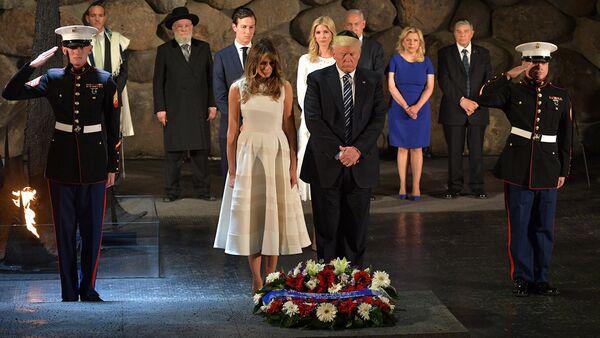 Президент США Дональд Трамп и первая леди Мелания Трамп возлагают венок во время визита в мемориальный музей Холокоста Яд ва-Шем - Sputnik Латвия