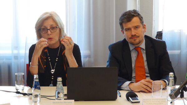 Председатель латвийского Совета по конкуренции Скайдрите Абрама и заместитель директора Комиссии по регулированию общественных услуг Андрейс Домбровскис - Sputnik Латвия