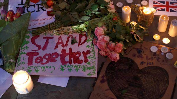 Свечи и цветы в память о погибших во время теракта на стадионе в Манчестере - Sputnik Латвия