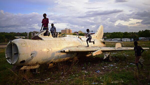Дети в Южном Судане играют на обломках истребителя - Sputnik Латвия