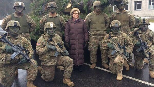 Посол США в Латвии Нэнси Петитт с американскими солдатами - Sputnik Латвия