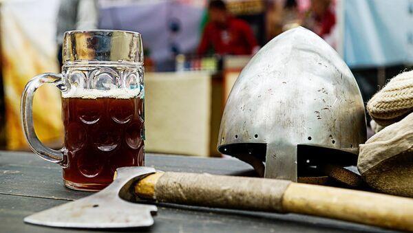 Кружка с напитком и амуниция средневековья - Sputnik Латвия