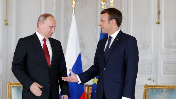 Президент РФ Владимир Путин с президентом Франции Эммануэлем Макроном - Sputnik Латвия