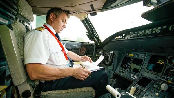 Командир воздушного судна в кабине пилотов - Sputnik Латвия