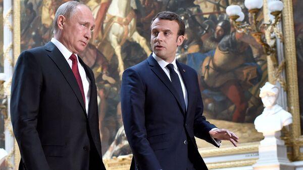 Российский президент Владимир Путин и президент Франции Эммануэль Макрон в Версале - Sputnik Латвия