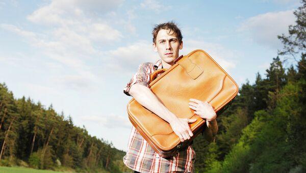 Молодой человек с чемоданом - Sputnik Латвия