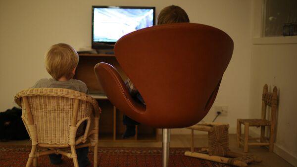 Дети смотрят телевизор - Sputnik Латвия