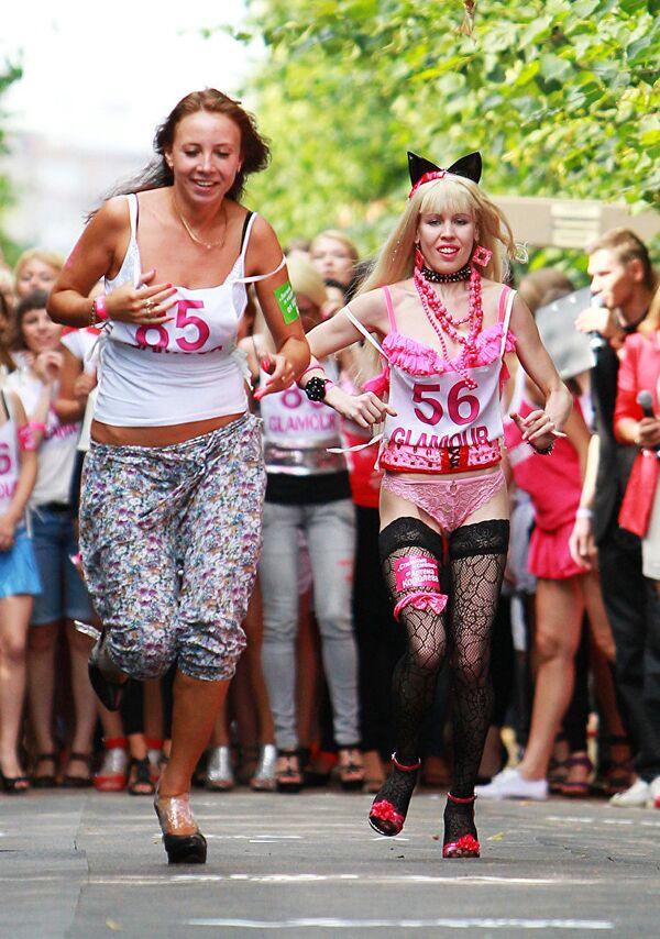 Танцовщица Карина Барби Шаробокова (на фото справа) - Sputnik Латвия