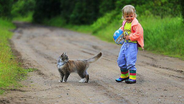 Девочка с мячом и кошкой - Sputnik Латвия