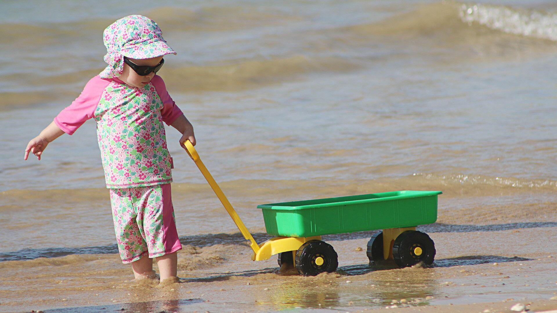 Ребенок играет на пляже - Sputnik Латвия, 1920, 10.06.2021