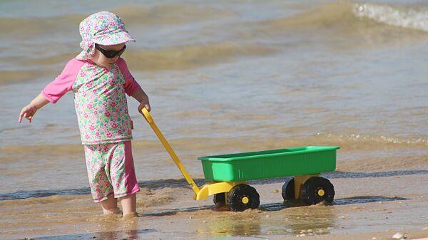 Ребенок играет на пляже - Sputnik Латвия