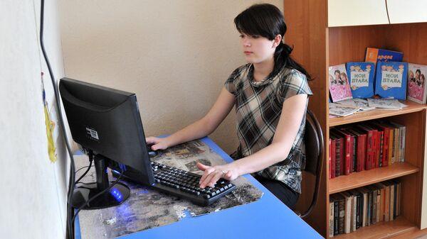 Девочка с компьютером - Sputnik Латвия