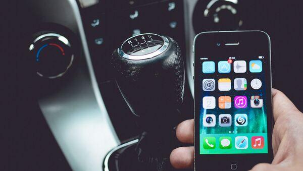 Смартфон в руках водителя - Sputnik Латвия