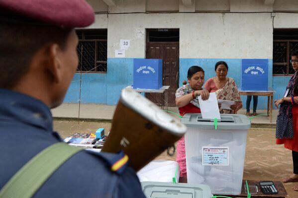 Vēlēšanu iecirknī Thimi, Katmandu nomalē, 2017 - Sputnik Latvija