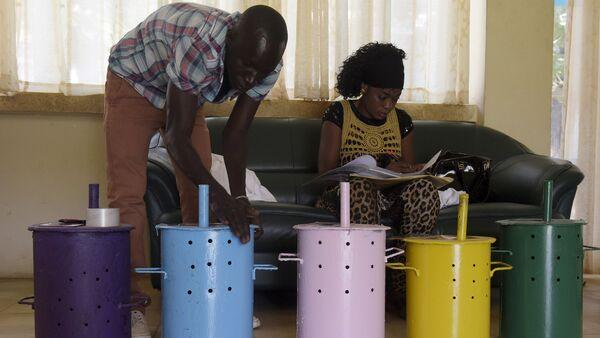 Urnu sagatavošana balsošanai vēlēšanu iecirknī Banžulā, Gambija, 2017 - Sputnik Latvija